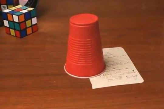 """ВИДЕО: пользователи Сети """"сломали голову"""" из-за трюка с меняющим форму стаканом"""