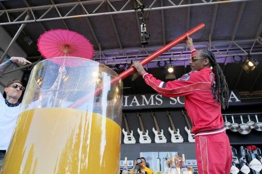 VIDEO   MITME MEHE MÕÕT: räppar Snoop Dogg valmistas maailma suurima džinnikokteili