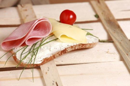 IGAVIKULINE KÜSIMUS: kas võileival peaks käima sink juustu peal või vastupidi?