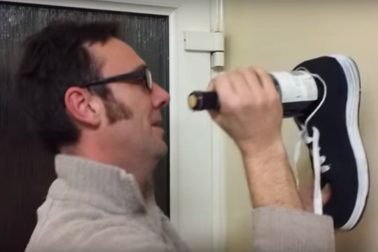 VIDEO   Kuidas avada veinipudelit kinga abil?