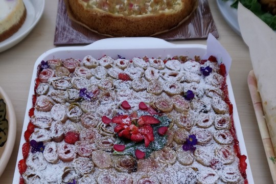 TEE RABARBERIST ROOSE: roosiline rabarberi-maasikakook
