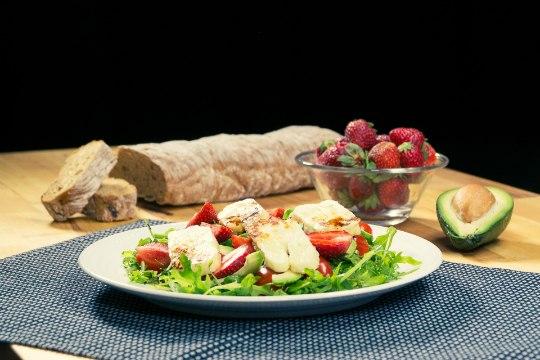 SELVERIGA KÖÖGIS | Maasika-halloumi-salat