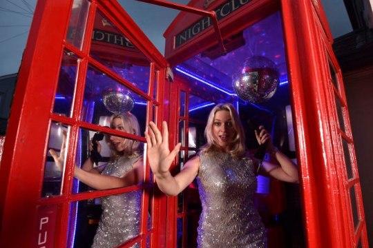 ВИДЕО: Самый маленький ночной клуб в мире – в телефонной будке