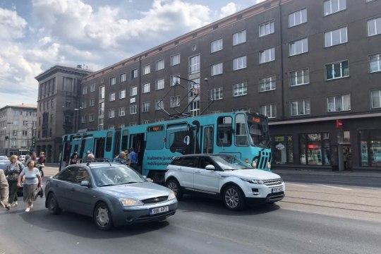 Фото: в центре Таллинна автомобиль снес трамвай с рельсов