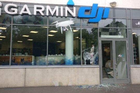 Фото: ночью в магазин электроники в центре Таллинна вломились воры