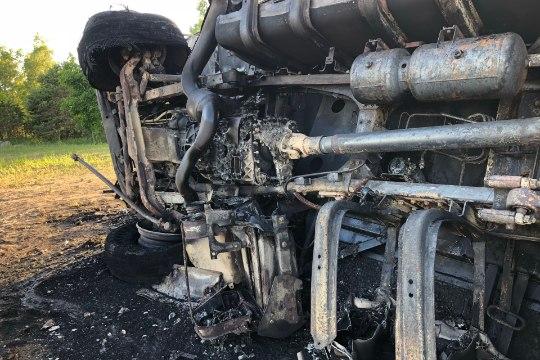 FOTOD  ja VIDEO | Pärnumaal hukkus teelt välja sõitnud veoki juht