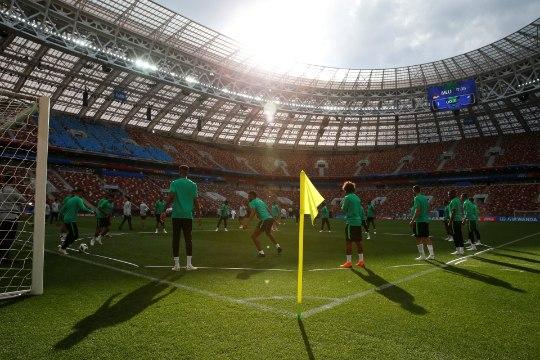 Andres Must | Ajas ja ruumis laiutav jalgpall