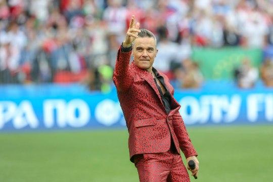 VIDEO | JALKAFÄNNID MARUS: Robbie Williams vehkis kaamera ees keskmise sõrmega