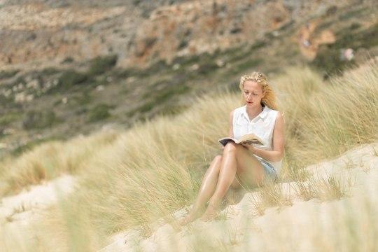 Suviselt kirju lugemispäevik: Naisteleht jagab soovitusi, mida sel suvel lugeda võiks!