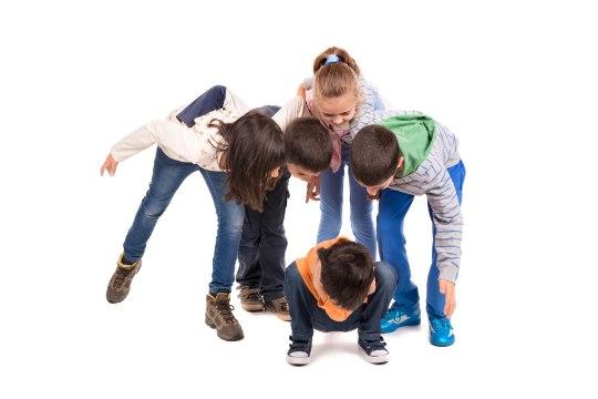 KIUSAMINE TÄNAVAL: poisike oli seljaga vastu elektriposti ja nuttis, kuid keegi ei aidanud...