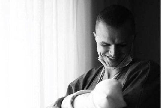 """""""Это чудо"""": Тарасов показал только что рожденного ребенка"""