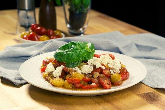 SELVERIGA KÖÖGIS | Soe tomatisalat rosinate ja fetaga