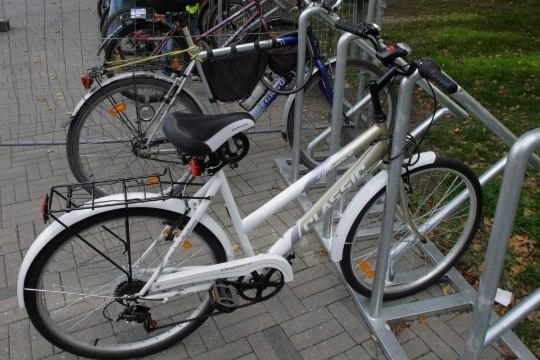 Linnavalitsuse maja ees avati tasuta jalgrattaparkla
