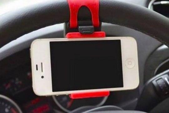 Politsei hoiatab: sellist ohtlikku telefonihoidikut ei tasu autos kasutada