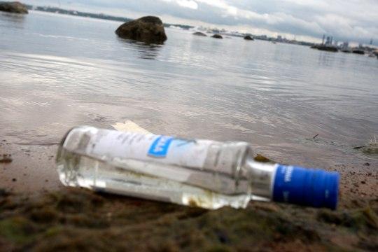 Mees ujus kahe pudeli viina nimel purjuspäi Eestisse