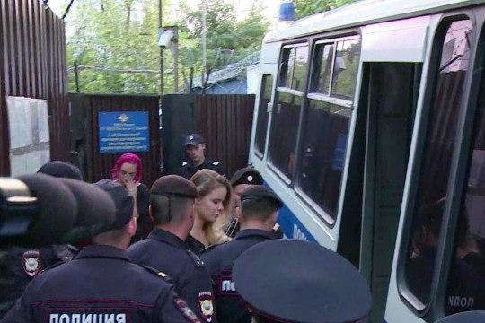 VIDEO   Pussy Rioti äsja vabanenud liikmed nabiti uuesti kinni