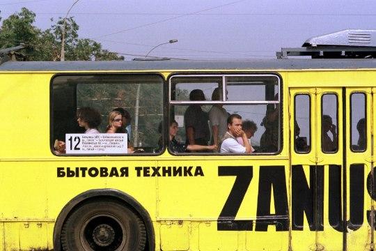 ASI KISUB NAERUVÄÄRSEKS: kaks bussireisijat kemplevad avatud akna pärast