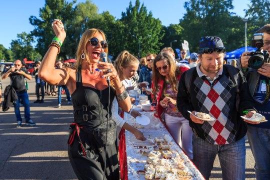 FOTOD  JA VIDEO   Anu Saagim mäkerdas Uudo Sepa Õllesummeril tordiga kokku ja rebis särgi ribadeks