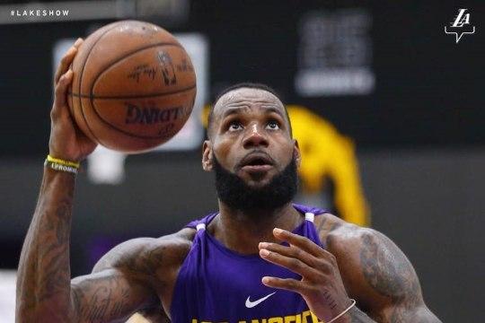 VIDEO | LeBron James tõmbas selga Lakersi legendaarse lilla särgi ja müttas esimest korda treeningul