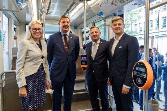 ÕL VIDEO JA GALERII   Minister Simson ostis esimese pangakaardiga viibatava trammipileti