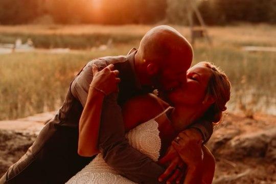 VIDEO   Armastuse võit! Ameerika rallifännid sõitsid Soome, et veidi pärast Tänaku triumfi abielluda