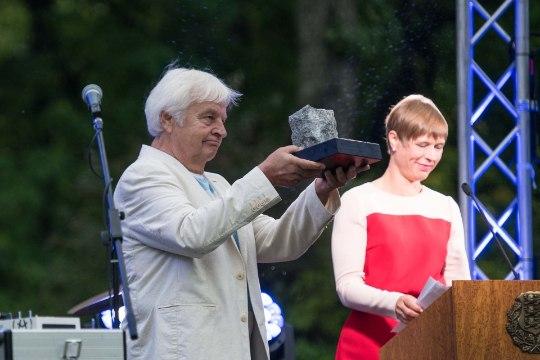 FOTO   President andis Ivo Linnale üle iseseisvuse taastamise tänukivi