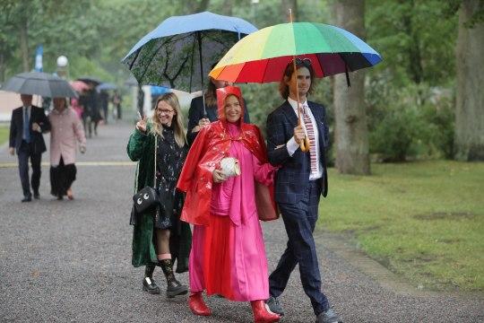 GALERII   TOP 10: kummikud, mantlid ja vihmavarjud ehk roosiaia vastuvõtu säravaimad stiilinäited