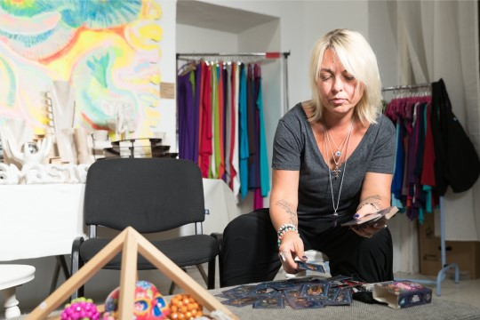 """VIDEO   """"PUUDUTA MIND!"""" 40. SAADE   Kirsti Timmer tutvustab hauarituaale ja õpetab, kuidas lahti saada kaotusvalust"""