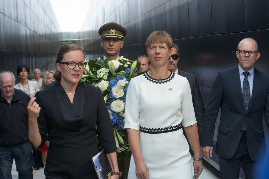 GALERII   President viis kommunismiohvrite memoriaali avamisele pärja