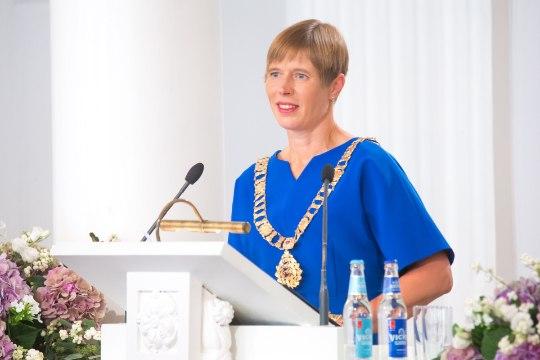 VIDEOD | Rõõmsameelne president Kaljulaid jõudis Narvas esimesele kohtumisele