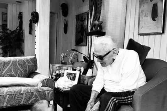 LIIGUTAV KLÕPS: 101aastane Kirk Douglas nautis lapselapselapse seltskonda