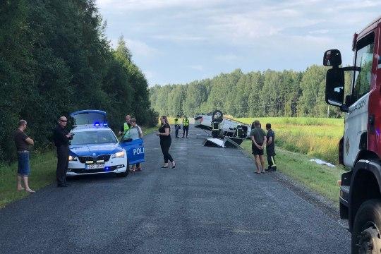 GALERII JA VIDEO   Üle katuse rullunud autos hukkus turvavööga kinnitamata naine