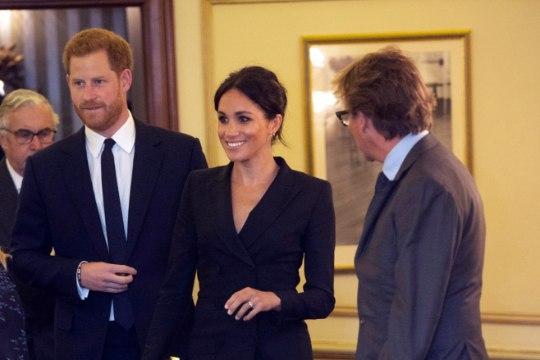 Prints Harry laulis muusikalietendusel, Meghan välgutas pikki jalgu