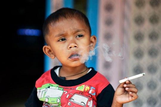 VIDEO JA FOTOD | 2aastane Indoneesia poiss suitsetab päevas 40 sigaretti