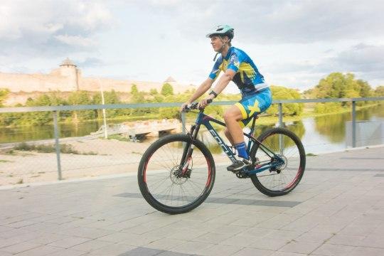 President Kaljulaid rikkus Narva rattasõidul liiklusseadust