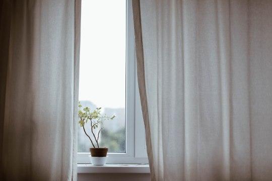 Külm õhk liigutab kardinaid? Tee aknad korda!