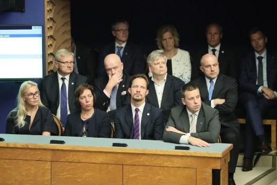 PÜHA PÜSS! Kadri Simson demonstreeris riigikogus eriti seksikat dekolteed