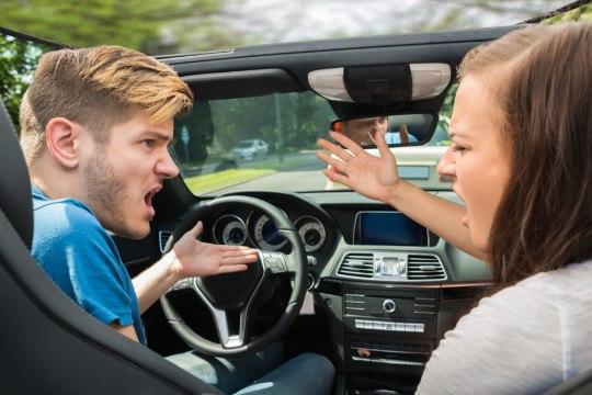"""PAARIKESE ERILISED """"ARMUMÄNGUD"""": petetud naine rammis abikaasa autot"""
