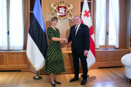 FOTOUUDIS | Särav kostüümivalik! President Kaljulaid kandis visiidil Gruusiasse laimikarva hõlmikkleiti