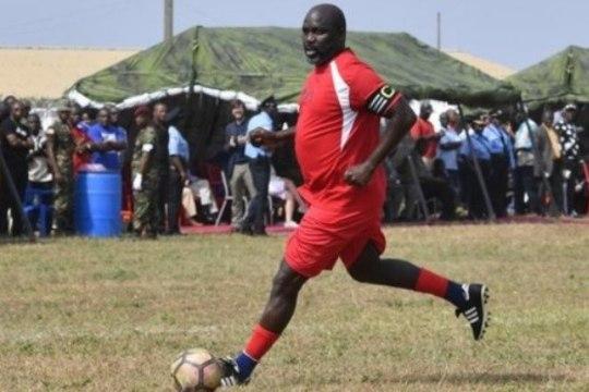 Jalgpallilegendist president esindas 51aastaselt koondist ning ärritas nigeerlasi
