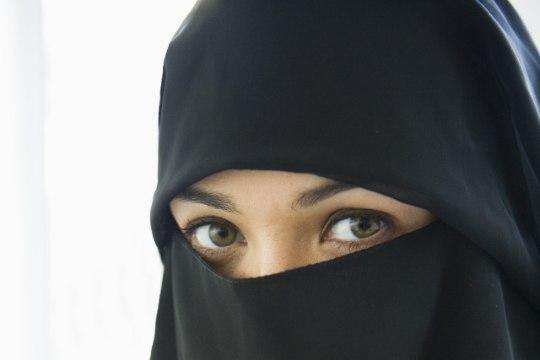 ŠOKEERIV VAATEPILT: kukkuv laps ja burkades kaklevad naised