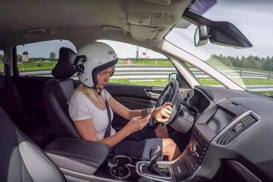 Teadlased: roolis olles infolustiekraani näppimine on arvatust palju ohtlikum