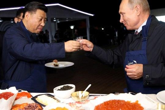 """Ургант показал фото с Путиным и Си Цзиньпином в программе """"Смак"""""""