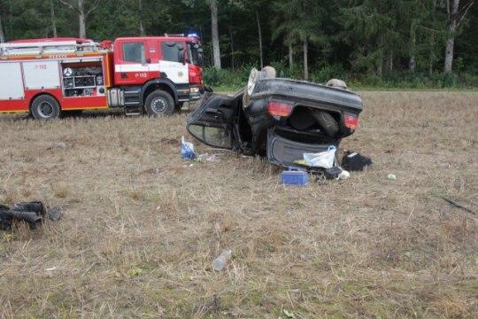 FOTOD   Tartumaal kaotasid driftijad auto üle kontrolli ja käisid üle katuse