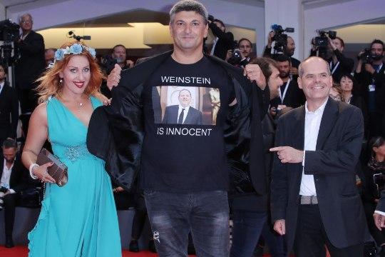 ÕL VENEETSIAS | Itaalia produtsent kandis punavaibal vägistamissüüdistusega Weinsteini pildiga särki