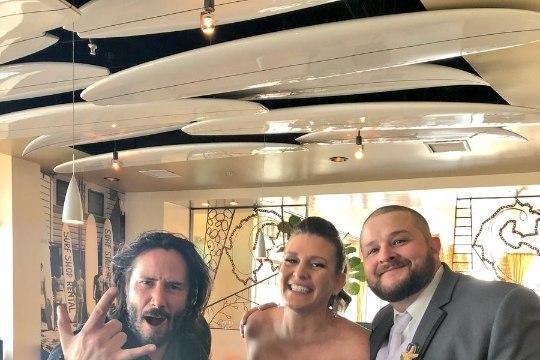 Киану Ривз случайно попал на свадебное фото и сделал его нереально крутым