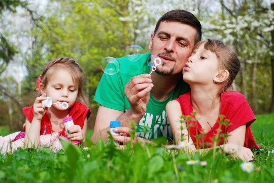 Isaga lähedased tütred tunnevad vähem üksindust