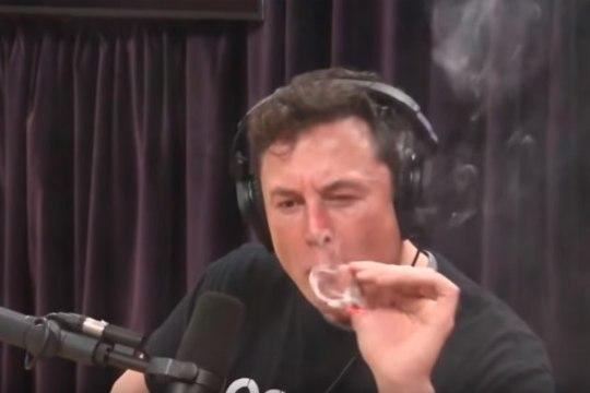 VIDEO   Elon Musk suitsetas otse-eetris kanepit ja jõi viskit
