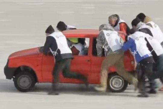 LÕBUS VIDEO   Kuidas ühendada romuralli ja curling? Venelased teavad!