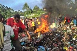 KOHUTAV: Paapua Uus-Guineas põletati nõidumises süüdistatud noor naine